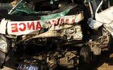 Xe cứu thương đối đầu xe tải, 7 người nhập viện cấp cứu
