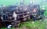 Mất lái, xe tải đâm nát xe máy, 3 người thương vong