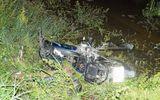 Xe Camry tông bay xe máy xuống ruộng, một người chết