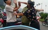 Hà Nội: Cụ ông đi ngược chiều còn hung hăng tấn công tài xế taxi