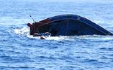 Tàu cá bất ngờ bị chìm, 13 ngư dân may mắn thoát chết