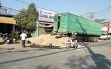Lật container, hàng chục tấn khoai mì chèn bít cửa nhà dân