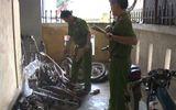 """Video: Đột kích cơ sở """"xẻ thịt"""" phụ tùng xe mô tô lậu"""