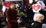 Cô gái mặc trang phục gấu Panda cầu hôn bạn trai gây sốt