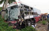 Xe khách bị container đâm trực diện, 3 người trọng thương
