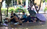 Kỳ thi THPT quốc gia: Phụ huynh chui vào... cống trốn nắng nóng