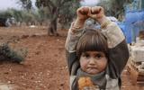 Nhói lòng bức ảnh bé gái Syria giơ tay đầu hàng máy ảnh