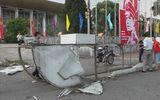 Gió lốc hất tung cổng chào Cung văn hóa đè vào người dân