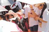 Clip: Fan đội nắng, ăn mì chống đói chờ Kim Woo Bin, Song Ji Hyo