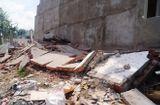 Gia đình - Nhà 4 tầng vừa xây xong đổ sập, hàng chục người thoát chết