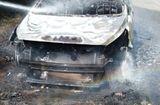 Tin trong nước - Ô tô bất ngờ bốc cháy, cô dâu chú rể may mắn thoát nạn