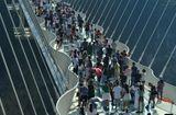 Ăn - Chơi - Hàng ngàn du khách nhồi nhét trên cầu đáy kính dài và cao nhất thế giới