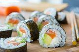 Ăn - Chơi - Cách tự cuốn sushi cá hồi ngon mê ly tại nhà