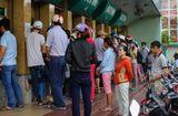 Tư vấn tiêu dùng - Công nhân xếp hàng dài chờ rút tiền ATM