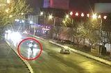 Video-Hot - Hôn nhau giữa đường, đôi tình nhân Trung Quốc bị ô tô đâm gục