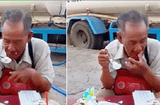 Cộng đồng mạng - Xúc động hình ảnh cụ ông bán vé số ngồi ăn chiếc bánh sinh nhật dở dang