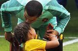 Bóng đá - Ronaldo trao nụ hôn làm tan chảy hàng triệu trái tim