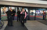 Tin thế giới - 'Khủng bố' dùng dao đâm vào cổ cảnh sát ngay tại sân bay Mỹ