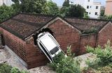 Cộng đồng mạng - Có điều bí ẩn gì khiến ngôi nhà thờ họ bị ô tô đâm xuyên tường 4 lần