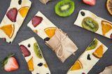 Ăn - Chơi - Cách làm những thanh sô cô la hoa quả hấp dẫn khỏi chê