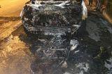 """Tin trong nước - """"Xế hộp"""" kéo lê xe máy gần 100m rồi bốc cháy ngùn ngụt trong đêm"""