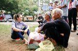 Tin tức giải trí - Mỹ Tâm ngồi bệt xuống vệ đường trò chuyện cùng các cụ bà