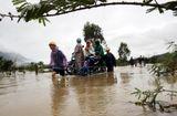 Tin trong nước - Mưa lớn, nhiều tỉnh miền Trung bị chia cắt, ngập sâu