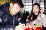 Tin tức - Hoa hậu Đỗ Mỹ Linh xin chữ ký thủ môn Bùi Tiến Dũng trước khi về nước