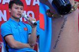 Tin tức - Người hâm mộ bóng đá cảm động khi biết dòng chữ xăm trên tay Quang Hải