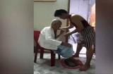 Tin tức - Cảm động con trai ân cần tắm rửa, thay đồ mới cho mẹ già 80 tuổi