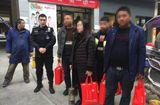 Tin thế giới - Xách 5 túi tiền hơn 13 tỷ về quê ăn Tết, người phụ nữ được cảnh sát hộ tống