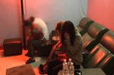 Tin tức - Đột kích cơ sở massage gắn chuông báo động, phát hiện 2 cô gái kích dục cho khách