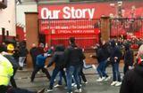Tin tức - Quá kích động, hai fan Roma đánh chấn thương sọ não CĐV Liverpool