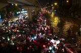 Tin trong nước - Đêm muộn, đường Hà Nội vẫn kẹt cứng vì mưa lớn