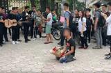 Tin tức - Chàng trai ôm hoa quỳ suốt 2 tiếng trước cổng Nhạc Viện dưới cái nắng 40 độ C gây tò mò