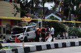 Tin thế giới - Cảnh sát Indonesia bắn hạ 4 kẻ khủng bố tấn công trụ sở bằng kiếm Nhật