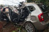 Tin tức - Dân dùng xà beng phá cửa ôtô, đưa thi thể tài xế ra ngoài sau tai nạn kinh hoàng