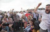 Tin thế giới - Video: Fan cuồng đội tuyển Anh bám thùng xe ô tô ăn mừng bị hất văng xuống đường