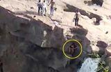 Tin thế giới -  Video: Thanh niên mải chụp ảnh thác nước, bất ngờ gặp tai nạn kinh hoàng