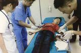Tin tức - Thái rau chuối giúp bố mẹ, bé trai bị đứt lìa ngón tay