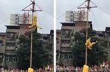 Tin thế giới - Video: Giả làm Tôn Ngộ Không, nam thanh niên bất ngờ rơi xuống đất từ độ cao 10m