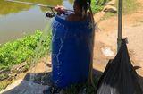 Tin tức - Thời tiết nắng nóng 40 độ, người đàn ông ngâm mình trong thùng phuy đầy nước để câu cá