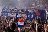 """Tin thế giới - Nâng cao cúp vàng World Cup, dàn sao Pháp trở về trong sự chào đón của """"biển"""" người hâm mộ"""