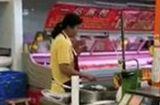 """Tin thế giới - Video: Nhân viên siêu thị ăn ốc """"hồn nhiên"""" ném vỏ vào thùng hàng đang bán cho khách"""