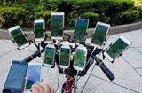 Tin thế giới - Cụ ông 70 tuổi đạp xe chở 11 smartphone đi bắt pokemon