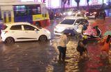 Tin tức - Hà Nội: Nhiều tuyến phố ngập sâu, giao thông hỗn loạn vì mưa lớn