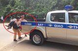 Tin tức - Tin tai nạn giao thông mới nhất ngày 13/8/2018: CSGT dùng xe chuyên dụng đưa người bị nạn đi cấp cứu