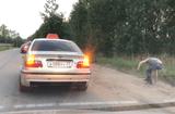 """Tin tức - Video: Tài xế taxi """"quẳng"""" khách ra đường vì ném rác bừa bãi"""