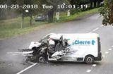 Tin thế giới - Video: Tài xế hoảng hồn ngồi bất động sau cú đâm trực diện nát đầu xe giao hàng