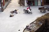 Tin tức - Video: 2 xe máy đâm sầm vào nhau giữa ngã tư, 1 xe rơi xuống mương